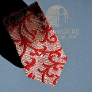 Krawatte mit rotem Muster.
